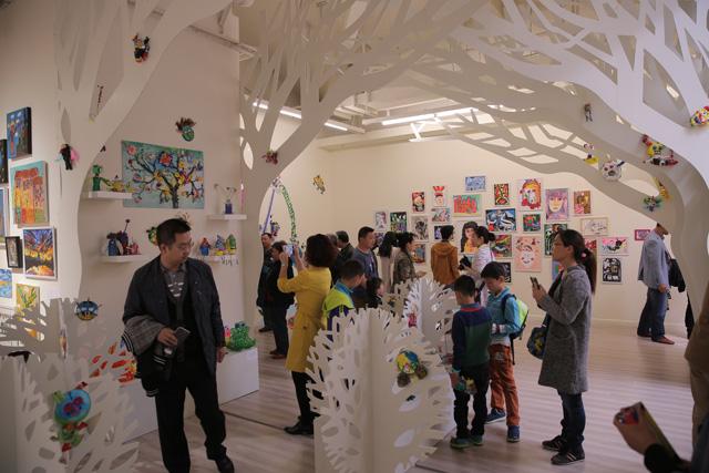 今年是i-Start儿童艺术节陪伴孩子们走过的第二年,主题是不可思议的世界。这是儿童的视角,也同样是成人的视角,我们和孩子平等地与这个世界相遇,共同感受和参与这个世间的不可思议。 整个展览都和经典的童话故事有关,所以这两个月,整个A4装着的都是童话,由艺术家和孩子共同创造。这是成熟且专业的展览和艺术节,而不是像很多人担心的那样,只是把小孩子的作品做集中摆放展示。所以它针对的人群,不只是孩子,任何愿意相信童话的人都可以来玩儿。 遇见童话现场 一进A4,首先遇到《木偶奇遇记》现场。故事原本发生在1881年
