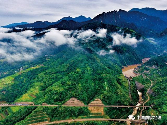 冲积出富饶的关中平原 最终,它在秦晋豫三省交界处注入黄河